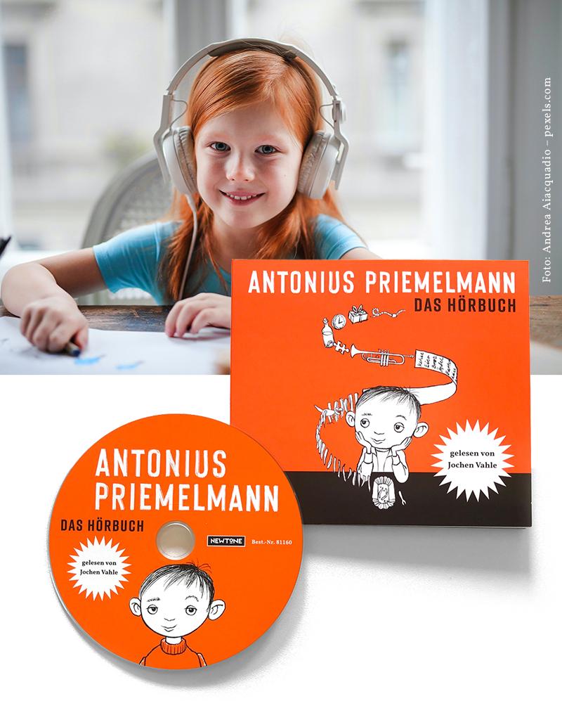 Kind mit Kopfhörern hört das Hörbuch Antonius Priemelmann